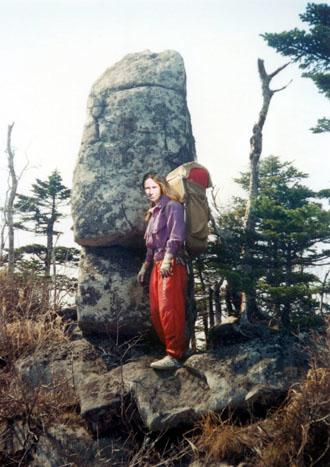 Сохранившийся каменный страж<br /> на фигурно вырезанном постаменте