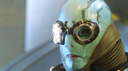 Кстати, о маске. Это первоначально необходимый элемент превращения. Ведь почти все супергерои возникли вначале как персонажи комиксов