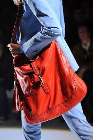 Красная сумочка Gucci коллекции весна-лето 2011 — фото 3