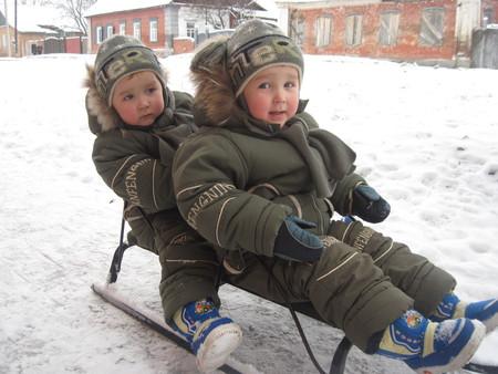 Зима в радость. Выбираем санки для двойни и погодок — фото 1
