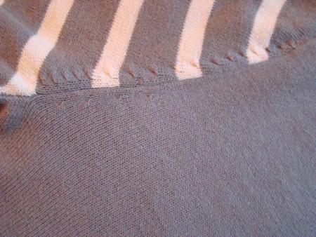 Очень четко выбитые стежки делают аккуратным стык рукава со спинкой и передом свитера.