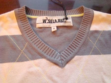 Ворот позволяет одевать под свитер и рубашку и модную майку в тон.