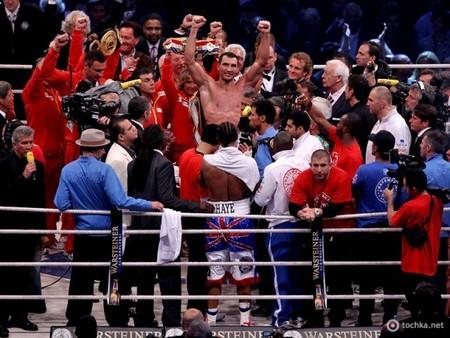 Бой за звание чемпиона по версиям IBF, WBO, IBО и WBA завершился победой украинца Владимира Кличка — фото 3