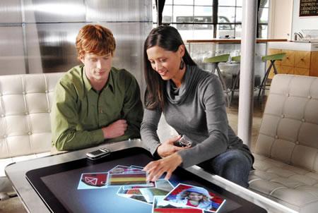 Microsof Surface — сенсорный стол-компьютер.