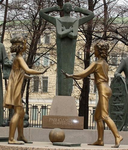 Памятник на Болотной в Москве. Чтобы уберечь детей от пороков взрослых — фото 6