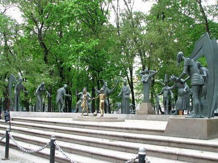 Памятник на Болотной в Москве. Чтобы уберечь детей от пороков взрослых — фото 1