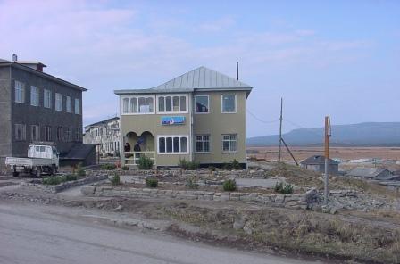 """Дом быта (слева) и магазин """"Парус"""""""