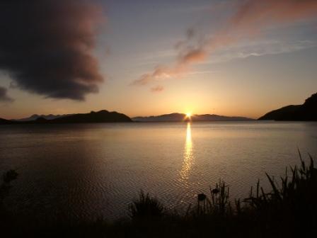 озеро Лагунное. На горизонте (за тонкой полоской перешейка) — страна Восходящего Солнца