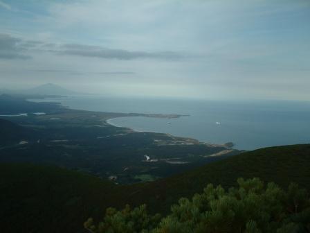 Вид на пос. Южно-Курильск и вулкан Тятя