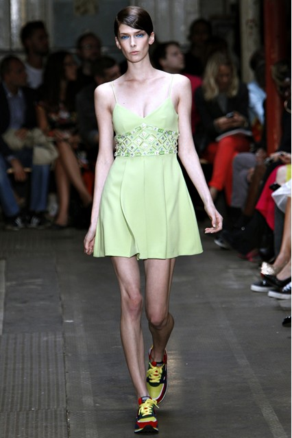 Ананасовое лето 2013 с Moschino Cheap   Chic   Модные коллекции ... f18aaa6ba87