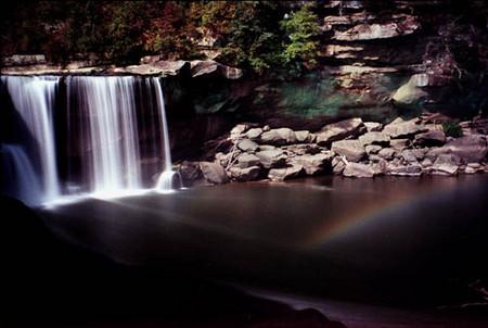 Лунная радуга у водопада в Камберленде
