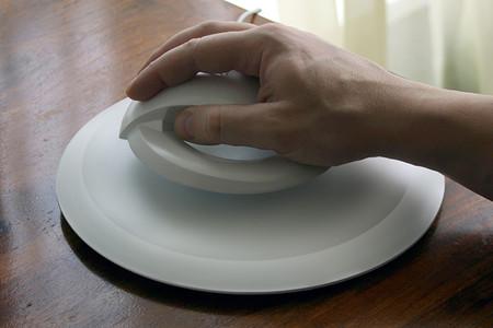 Мышка может парить над рабочей поверхностью на высоте от 1 до 4 см