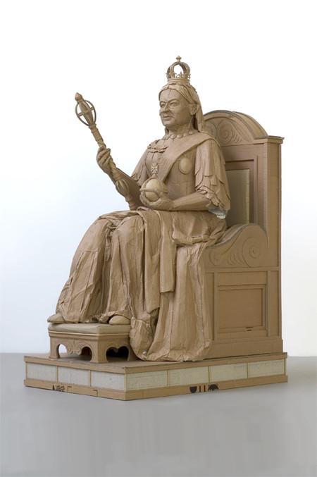 Есть в работах Криса и скульптуры людей
