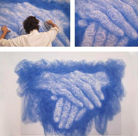 Кроме портретов, мастер создает тюлевые инсталляции
