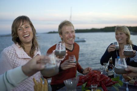 Это точно вкусно и весело. Обычно столы к праздничному ужину накрываются на открытых террасах, у водоема, чтобы вечер продолжился играми на воздухе и купанием
