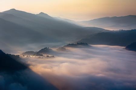 Туманные пейзажи на красивых снимках Богуслава Стремпеля — фото 9