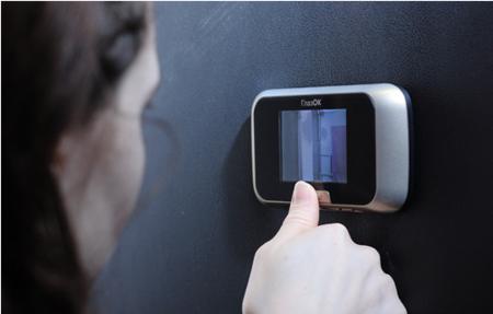 Изнутри можно увидеть как текущую ситуацию за дверью, так и запись посетителей за день