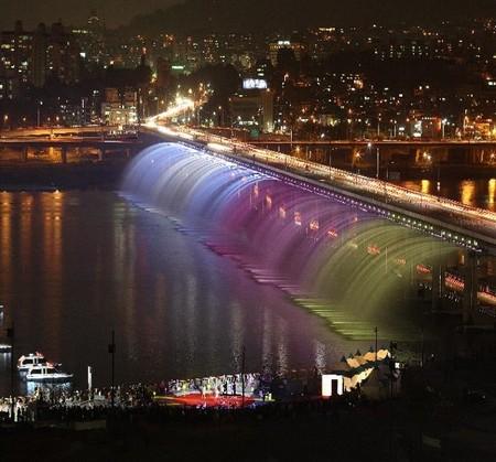 Самый длинный в мире фонтан, это мост Банпо в Сеуле