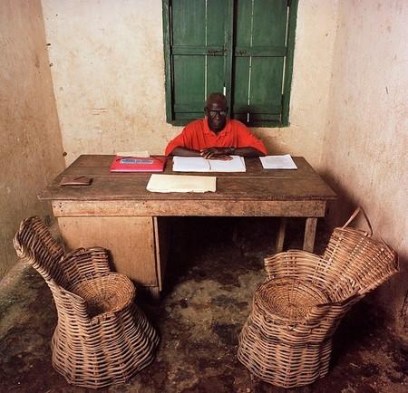 Henry Gray – действующий комиссар в регионе Gbaepo, Либерия. Во время гражданской войны офис был разрушен и разграблен, большинство сотрудников остались работать как добровольцы, и в течение двух лет не получают зарплаты. Примечательно, что у этого человека семья из 34 детей…