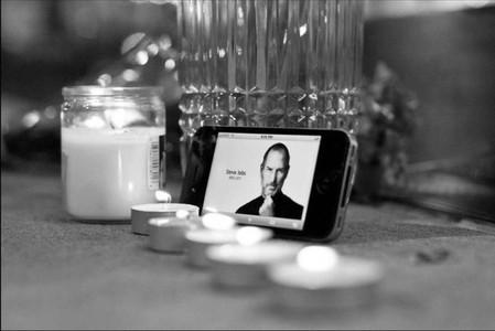 """iPhone — """"яблочный"""" смартфон в роли траурной рамки ..."""