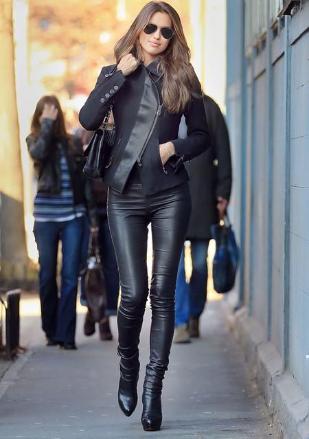 Девушка в кожаных брючках всегда в центре внимания, и она это знает ))