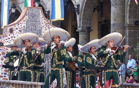 Музыканты мариачи обязательно носят сомбреро