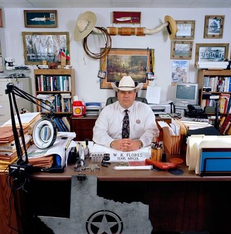 Rudy Flores – техасский рейнджер, офицер государственных правоохранительных органов, отвечает за порядок в 3 округах. Зарплата — $5,000 (€3,720).