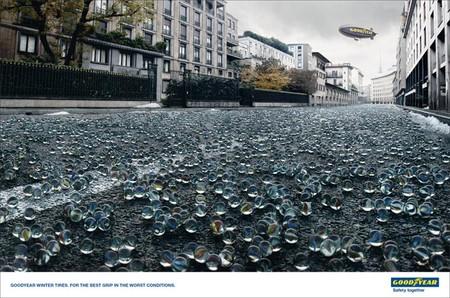 Дорога, усыпанная красивыми стеклянными шариками, символизирует зимнюю дорогу, лучшее сцепление с которой могут обеспечить только шины Goodyear.