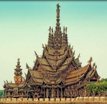 Самое удивительное, что храм полностью деревянный. И каждый квадратный сантиметр украшен резьбой