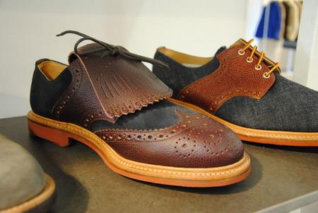 Похоже, это что-то новенькое (на переднем плане). А вот на заднем туфли из денима с кожаными вставками — блеск !