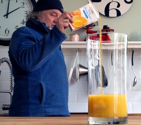 Похоже, одной пачки сока, чтобы наполнить стакан, будет мало )))