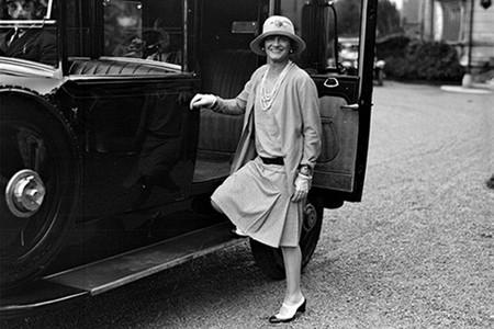 Коко Шанель в одном из любимых ансамблей: юбка, джемпер и кардиган