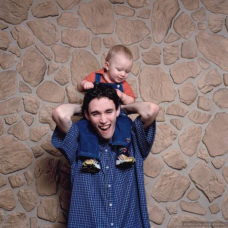 """Папа Дэвид (18 лет) и его сын Мэтью (8 месяцев). """"Теперь я 24 часа в сутки отвечаю за свою девушку и сына. Надо сохранить работу, чтобы он оставался сытым и чтобы мы втроем могли прожить. С этого момента все, что я делаю, будет влиять на него. Я ведь навсегда останусь его отцом""""."""