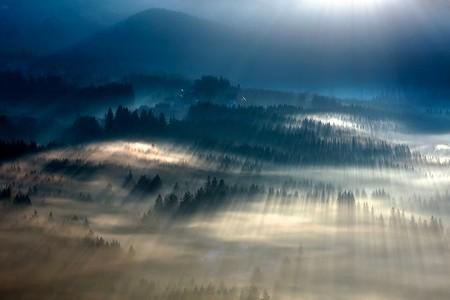 Туманные пейзажи на красивых снимках Богуслава Стремпеля — фото 18