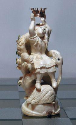 Белая Королева – сама Алиса, с пирожком в кармане и фламинго у ног