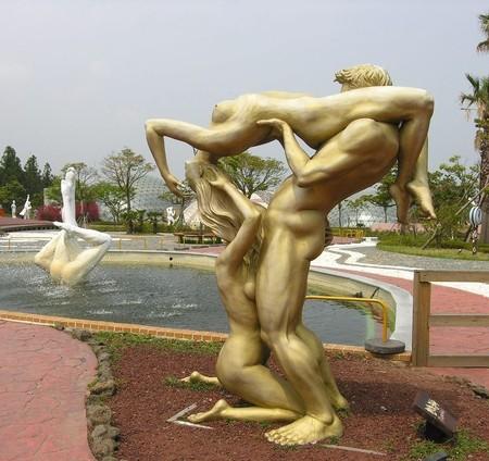 В парке около 140 скульптур на тему разной любви