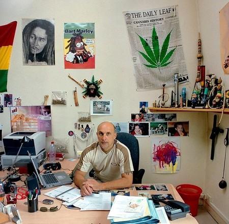 Roger Vacher – агент полицейского управления по борьбе с наркотиками, город Клермон-Ферран, Овернь, Франция. Зарплата — 2,200 евро (US$ 2,893).