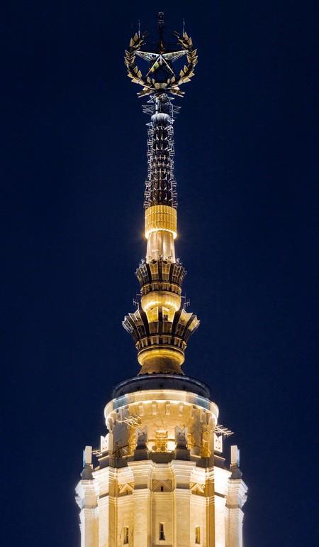 Паренек на первом фото стоит на звезде главного здания МГУ. Вот она — вид снизу