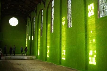 """Стены, потолки, балконы и прочие внутренние поверхности покрыты живыми """"травяными"""" обоями"""