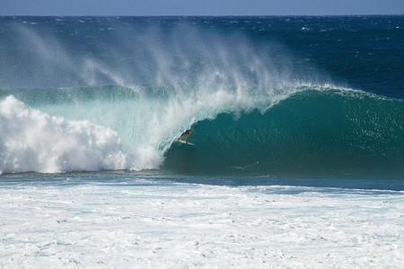Декабрь – лучшее время для серфинга на Гавайях. Pipeline Masters – состязания серферов — фото 9