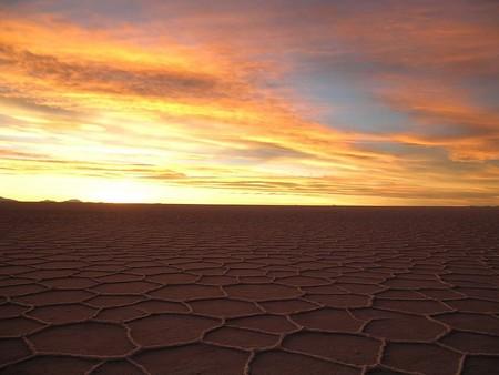 Уюни в Боливии – соляное озеро, соленый отель, фламинго и паровозы — фото 30