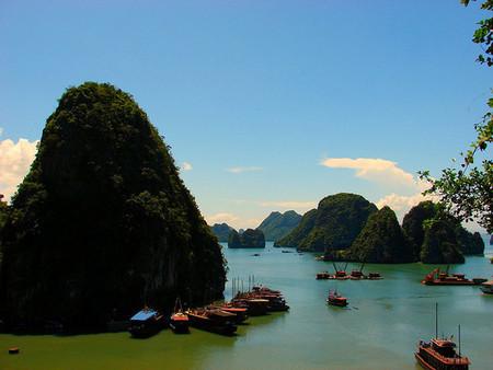 Конечно, по воде интереснее — судно местами протискивается между скал,а потом открывается такой вид!))
