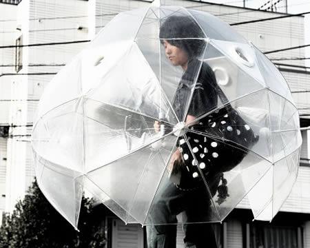 Очень большой зонт — на все тело. Почти скафандр