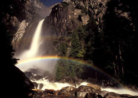 Лунная радуга в Йосемитском национальном парке, богатом водопадами