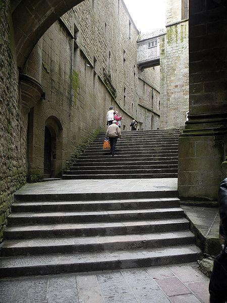 Большая лестница Grand Degre, ведущая на Западную террасу, это самый верхний уровень аббатства