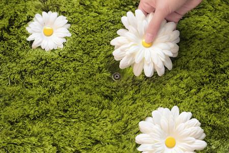 На ощупь коврик мягкий — он из ниток, имитирующих тонкую газонную травку