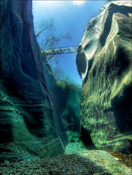 Верзаска, вид со дна — так вообще непонятно, какое на самом деле расстояние до моста через реку