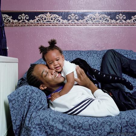 """Папа Ричард (19 лет) и дочка Серис (1 год). Он очень интересно рассуждает: """"Есть разница между отцом и папой. Отец заботится о своем ребенке. Он говорит со своим ребенком, дает ребенку советы, объясняет ему, что <a name=""""page-break""""></a> надо посмотреть мир. Я хотел бы быть отцом. Потому что мой папа был просто папой""""."""