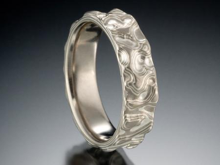 Рисунок кольца дополнен рельефом