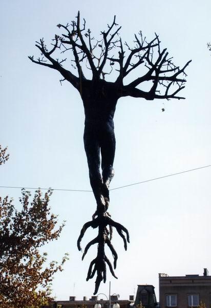 Интересно это чудо смотрится среди деревьев